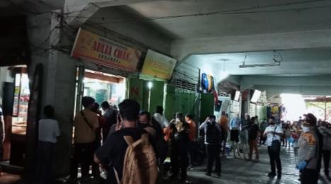 Empat Pria Bersenpi Rampok Dua Toko Emas di Simpang Limun