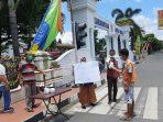 PKL Bagikan Nasi Bungkus Gratis di Depan Kantor Wali Kota Binjai